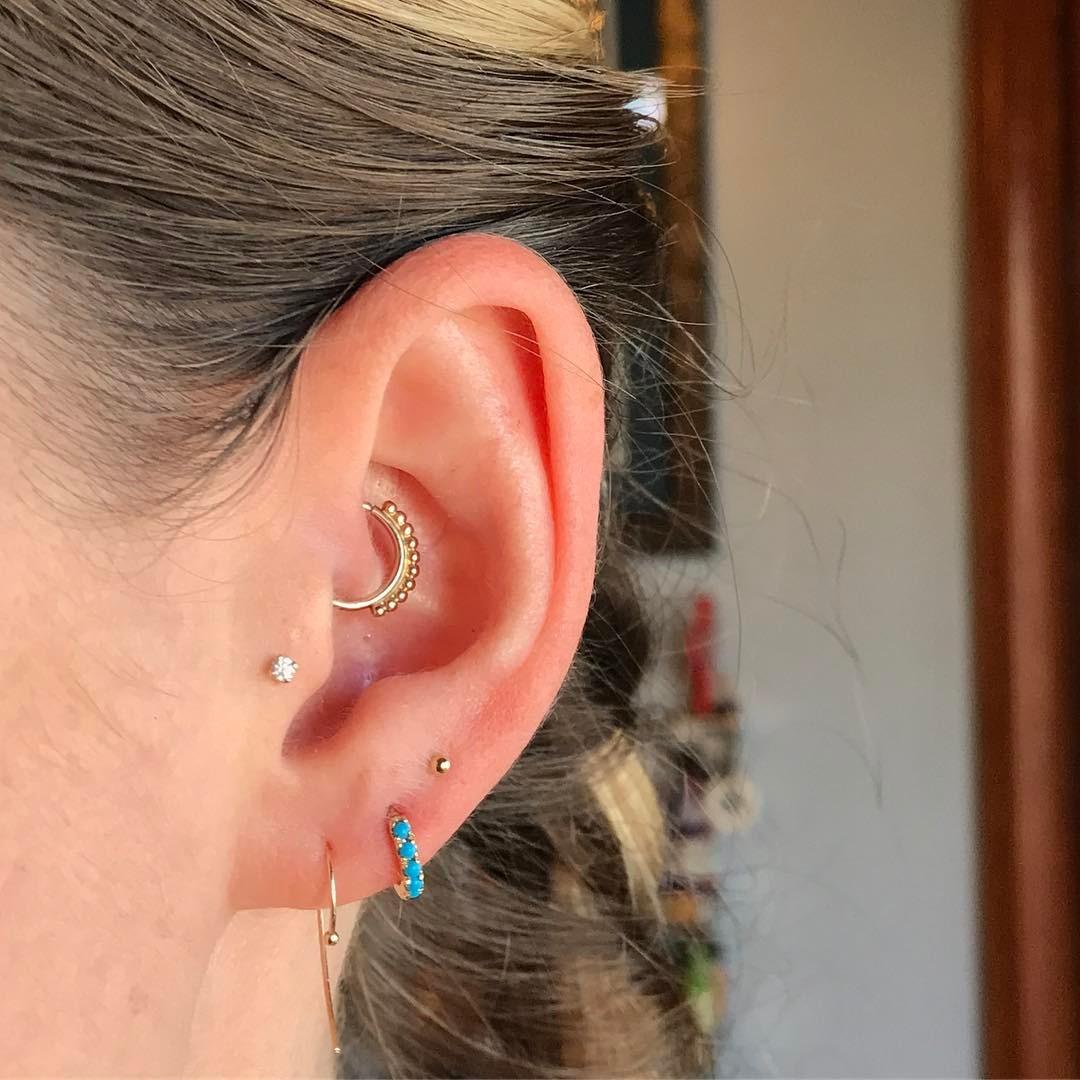 Piercings na orelha daith