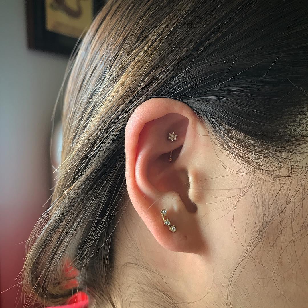 Piercings na orelha discretos