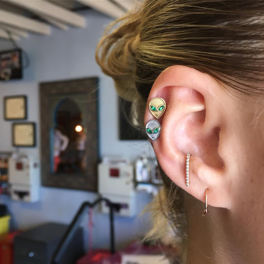 Piercings na orelha duplos
