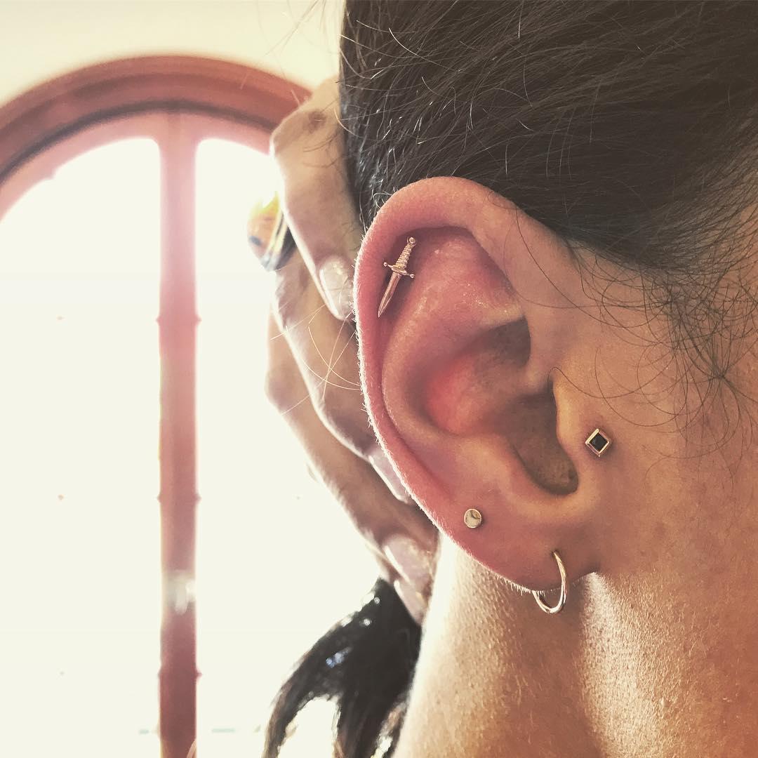 Piercings na orelha espada