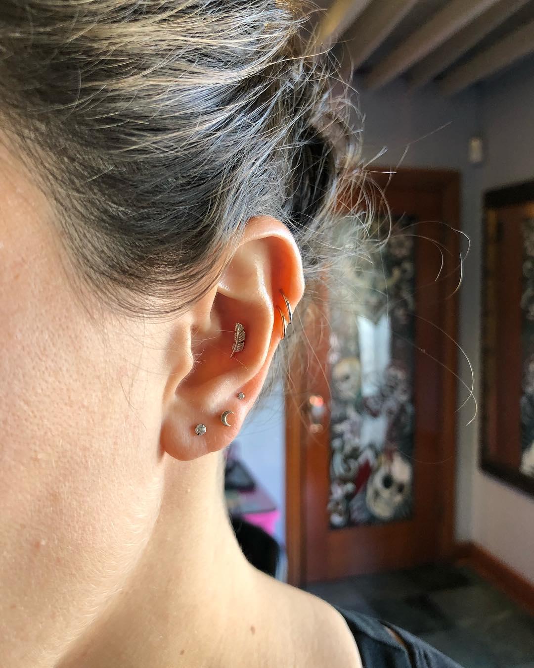 Piercings na orelha joias delicadas