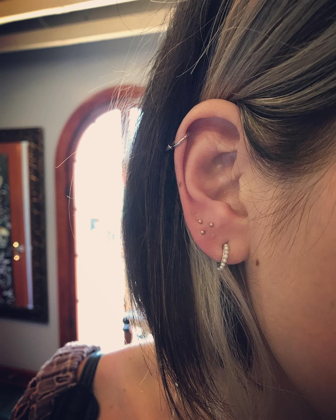 Piercings na orelha minimalista