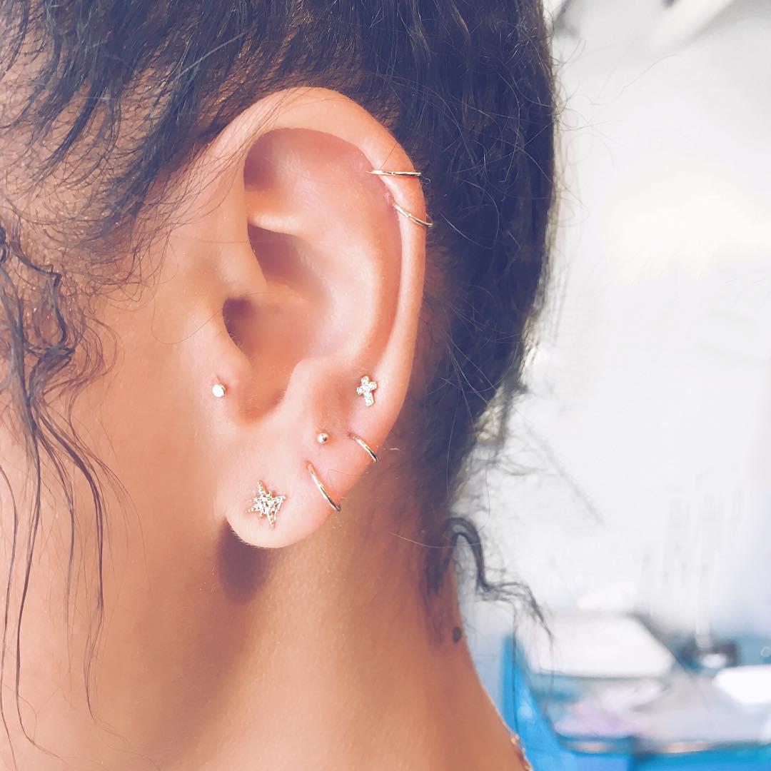 Piercings na orelha minimalistas