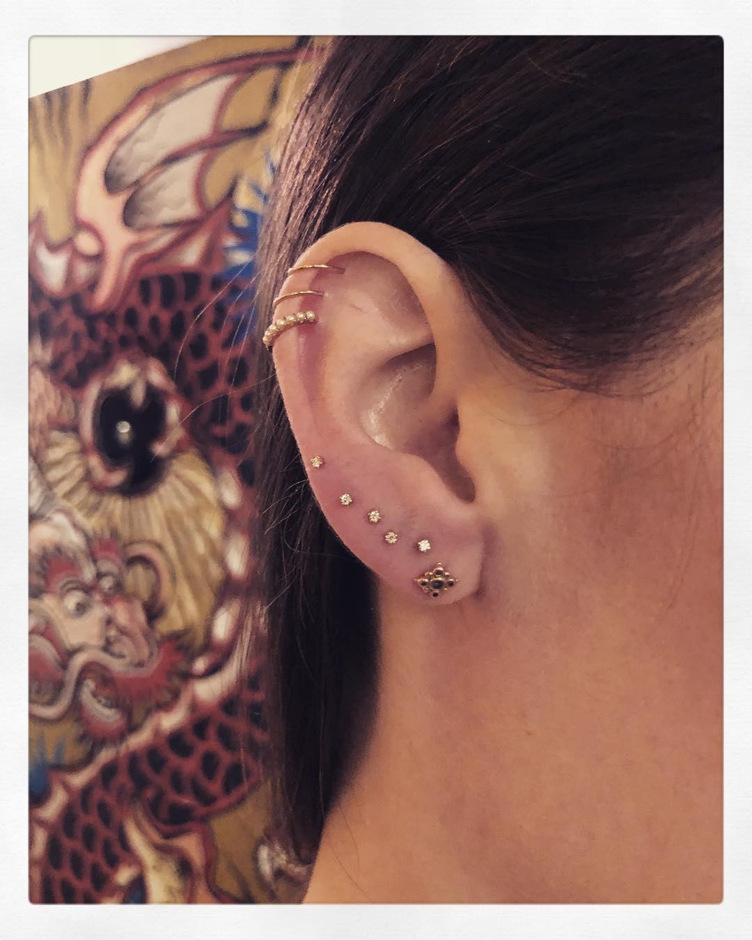 Piercings na orelha pérola