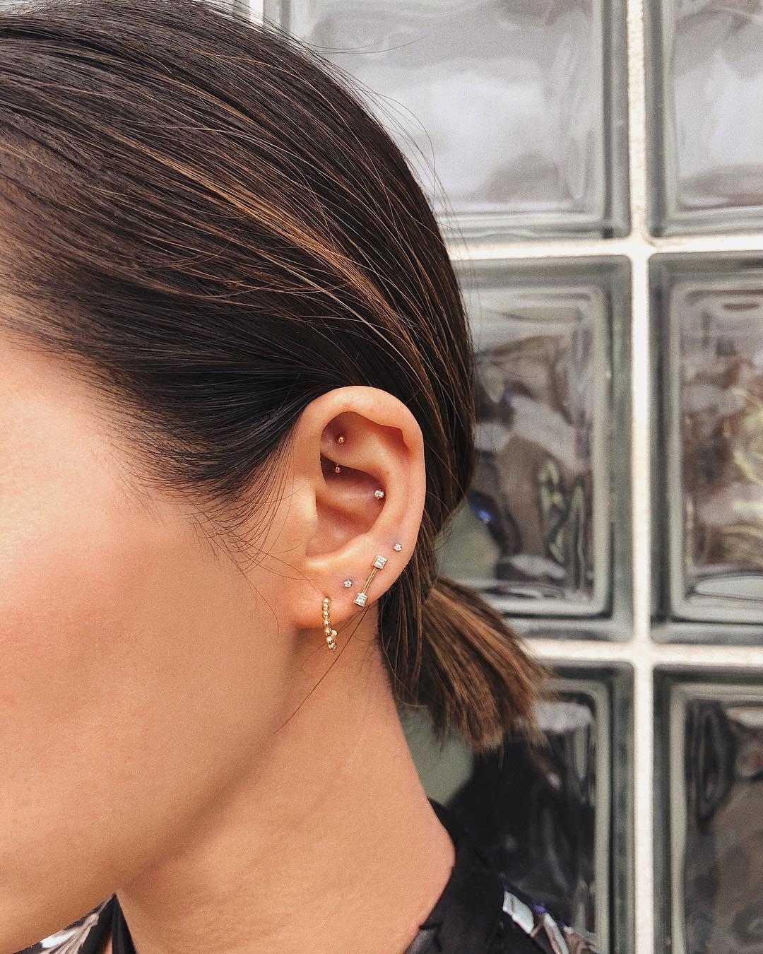 Piercings na orelha ponto de luz