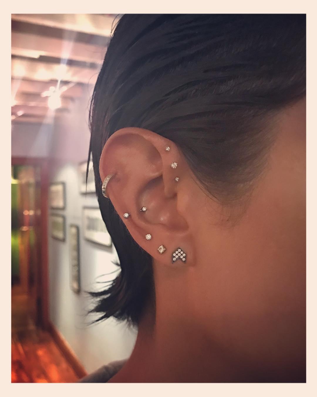 Piercings na orelha triplo