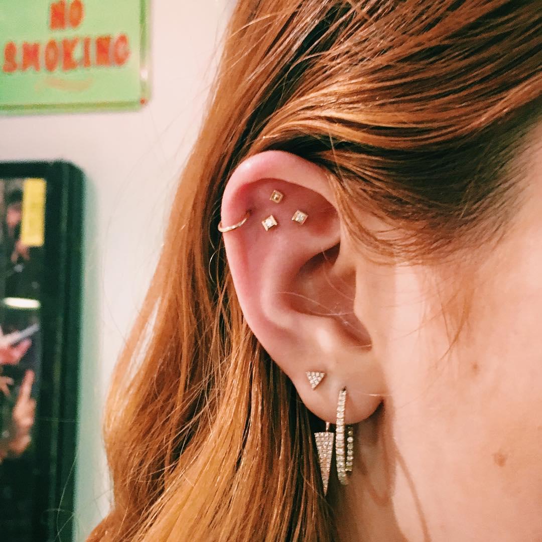 Piercings na orelha triplos