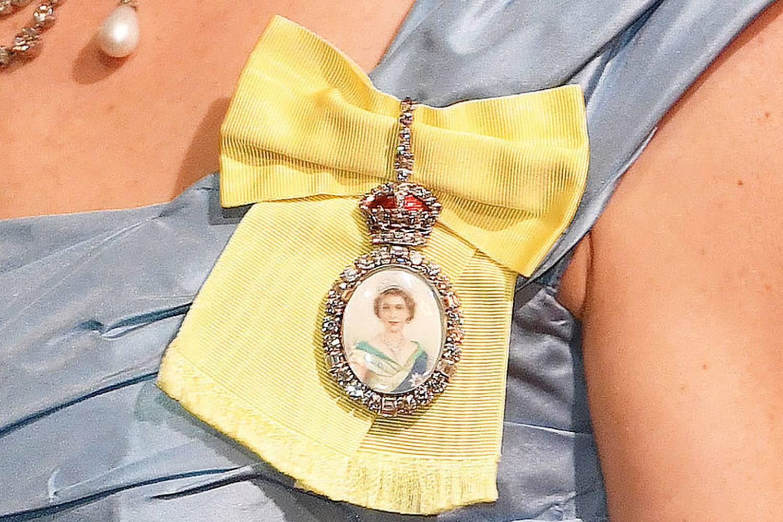 Kate Middleton usa tiara e broche