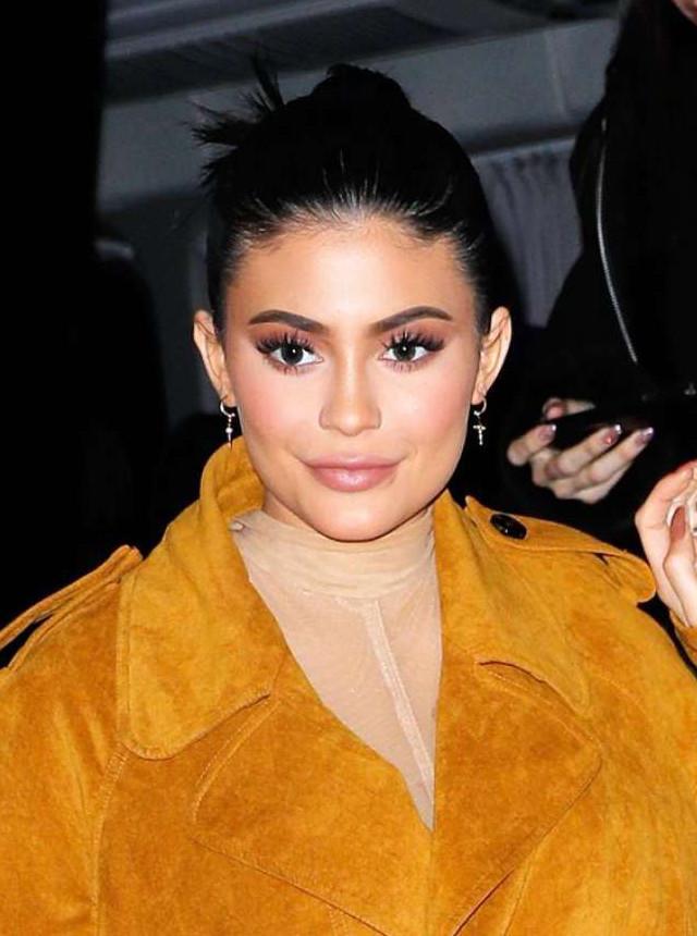 Brinco de argola com cruz Kylie Jenner