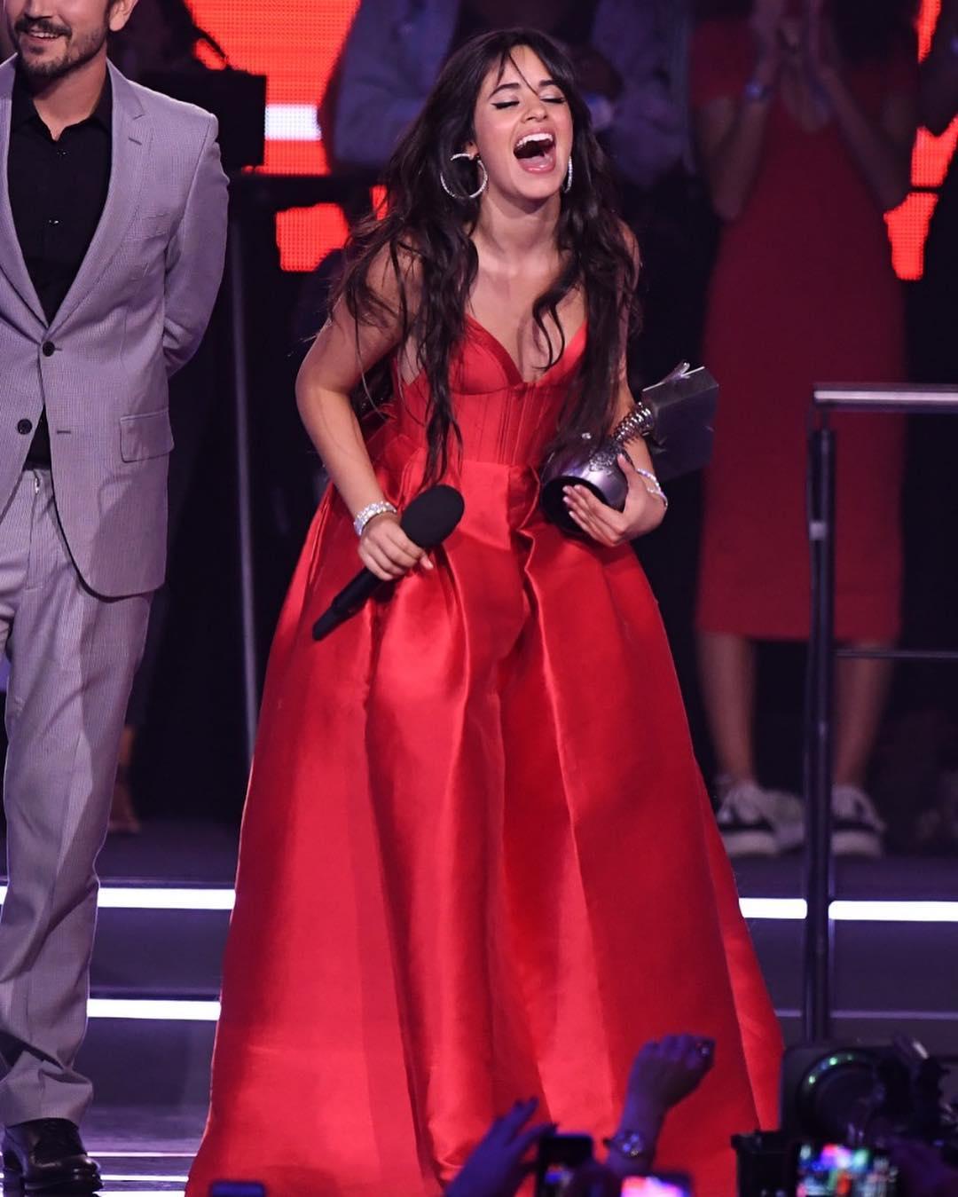 Looks do Europe Music Awards Camila