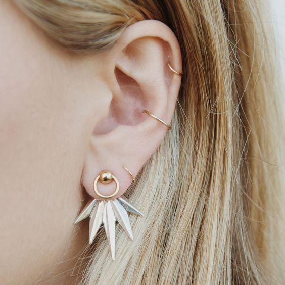 Piercings delicados na orelha delicados