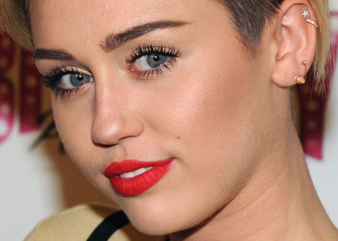 Piercings delicados na orelha Miley