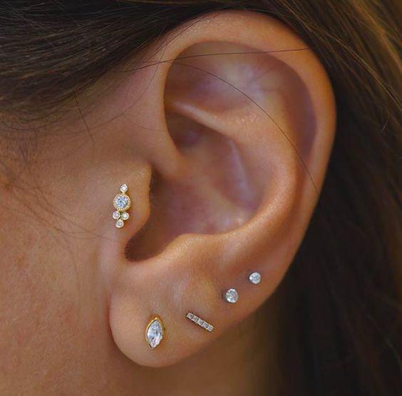 Piercings delicados na orelha tragus