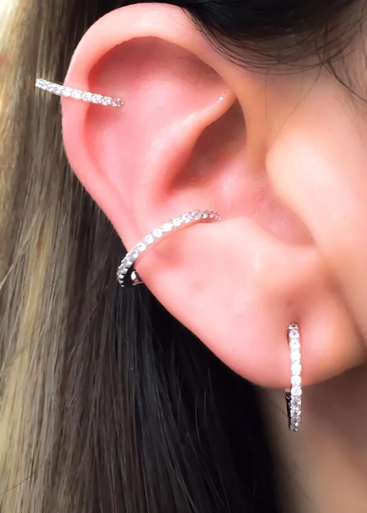 Piercings delicados na orelha