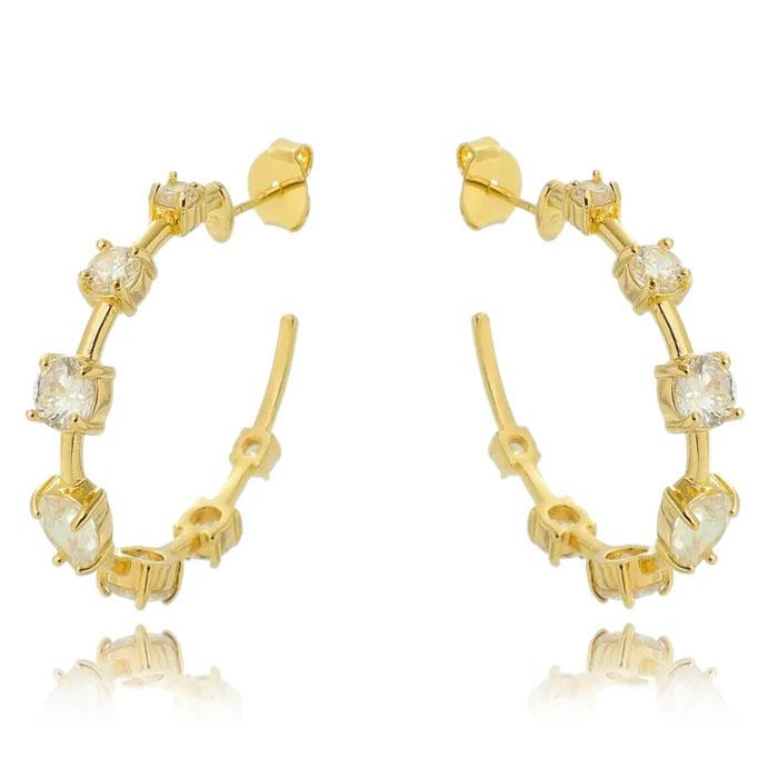 brincos de argolas douradas cravejadas