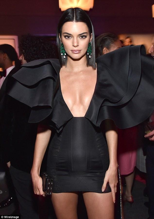 Brincos da Kendall Jenner vestido preto