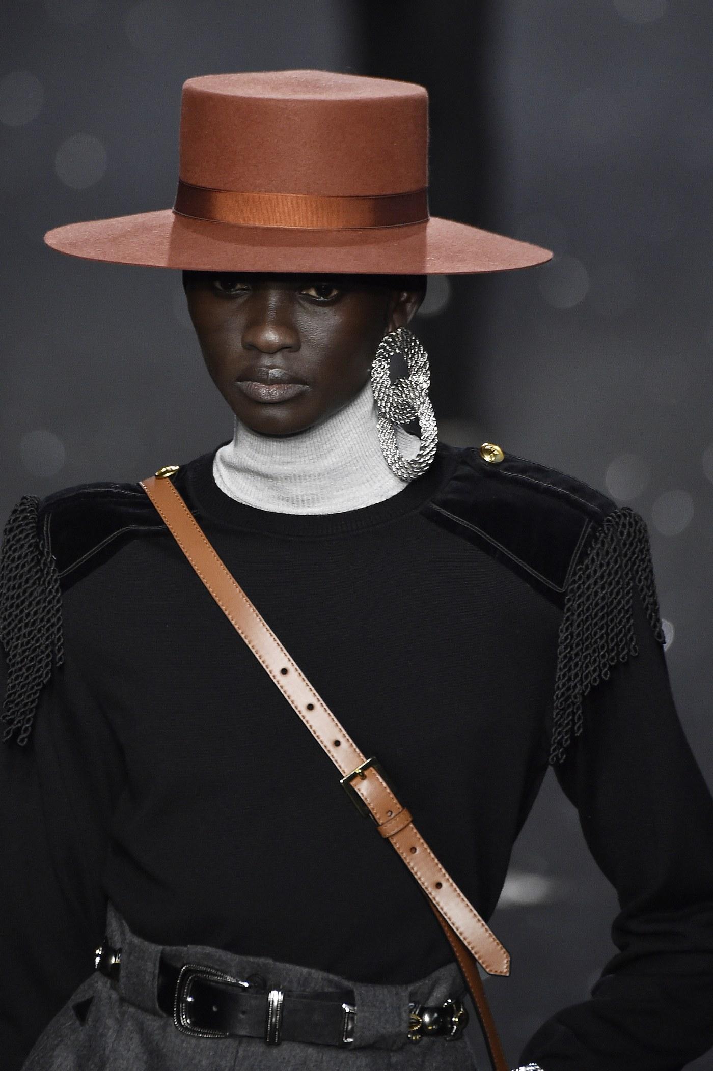 Brincos da Milan Fashion Week argolas duplas