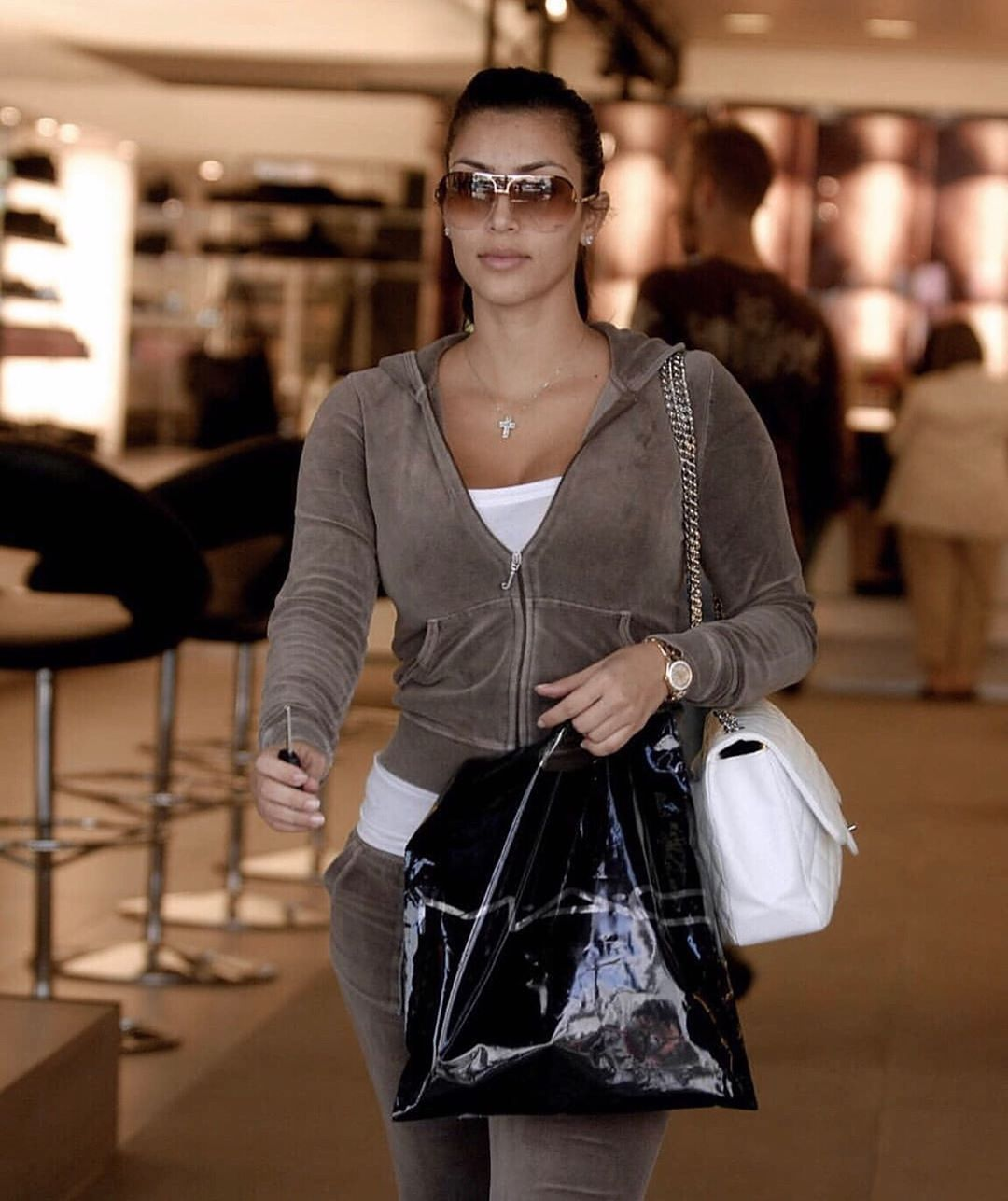crucifixo de kim kardashian 2007