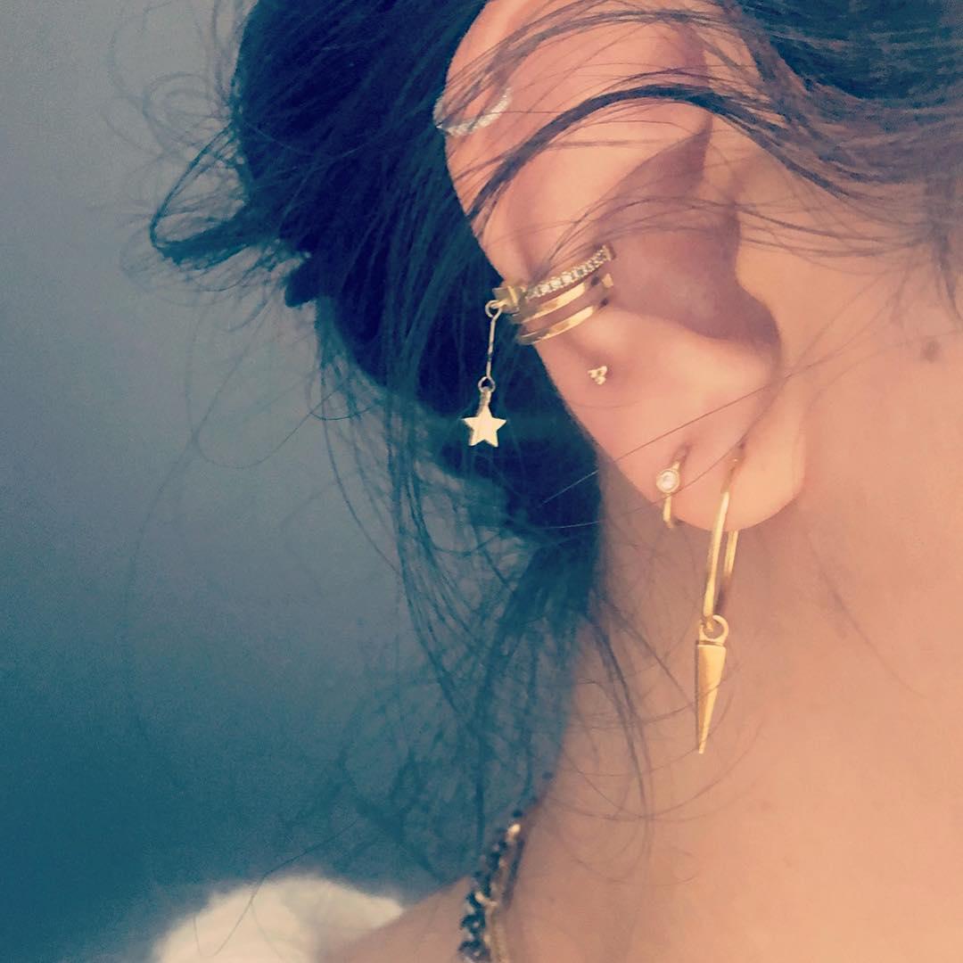 piercings multiplos dourados