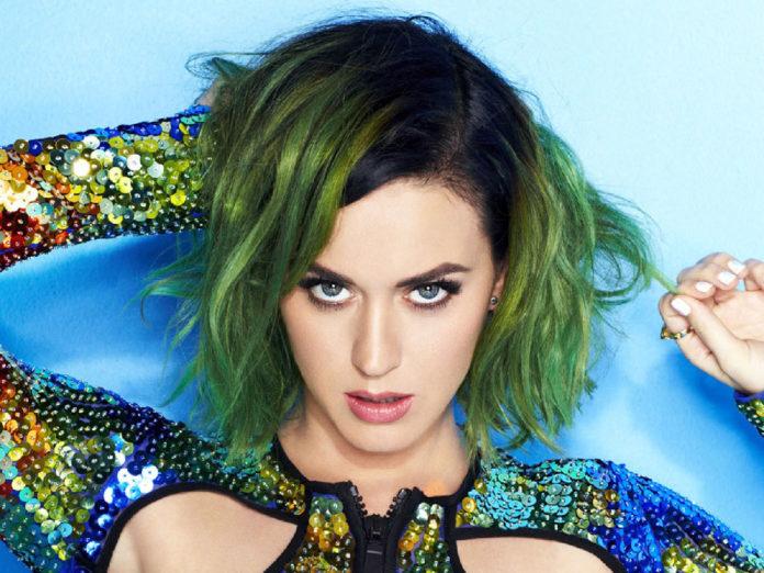 celebridades com cabelo colorido