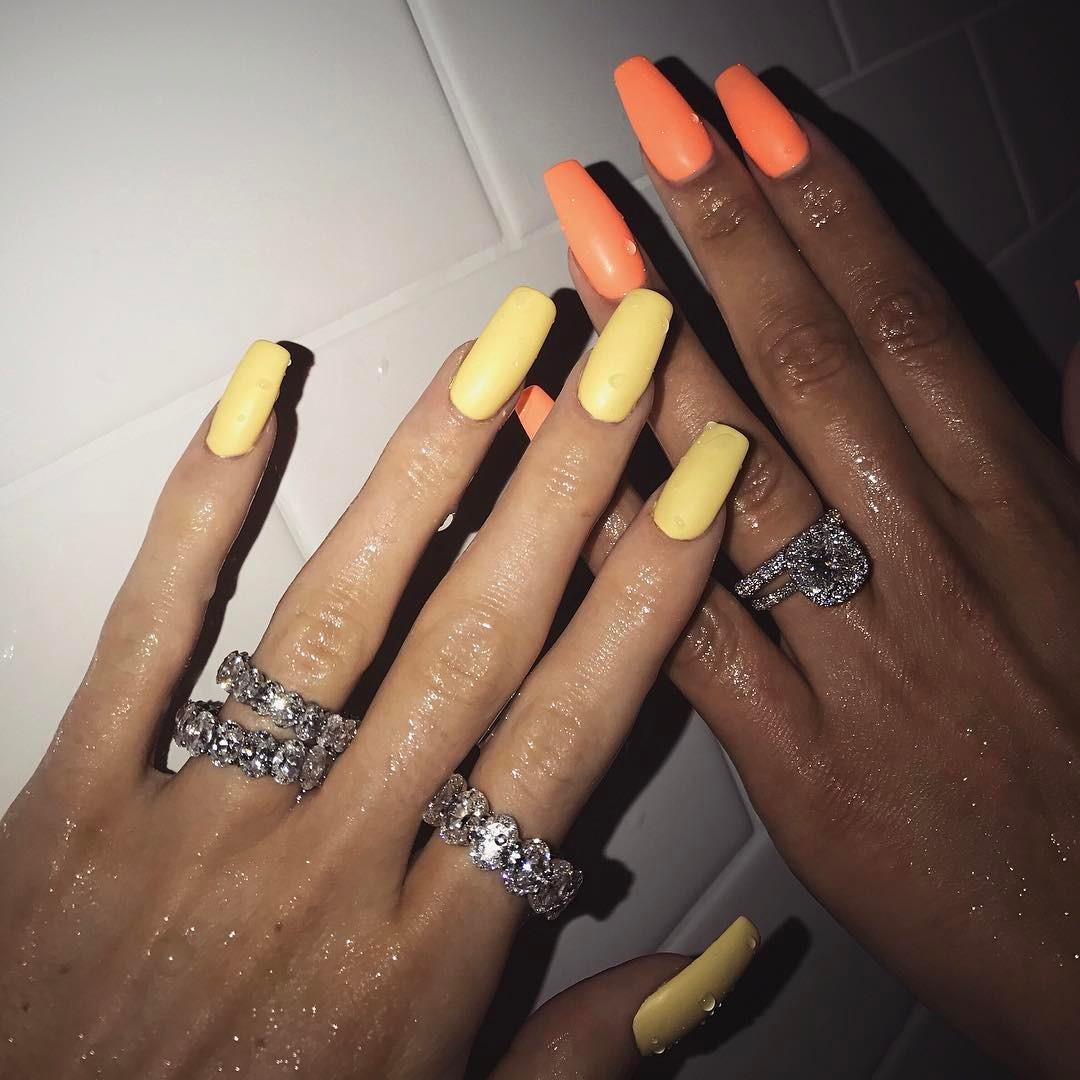 unhas da kylie jenner amarelo neon