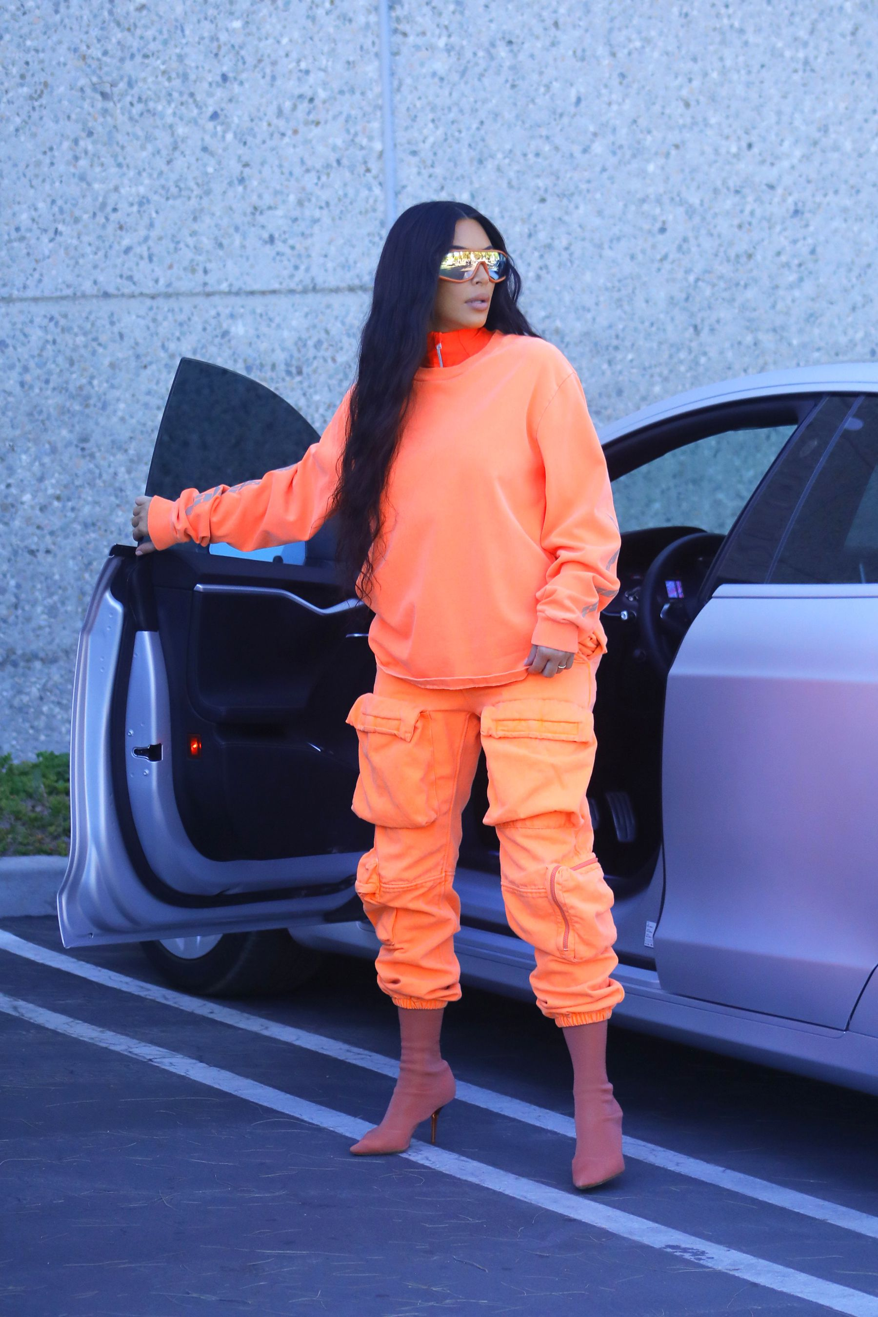 kim kardashian laranja neon