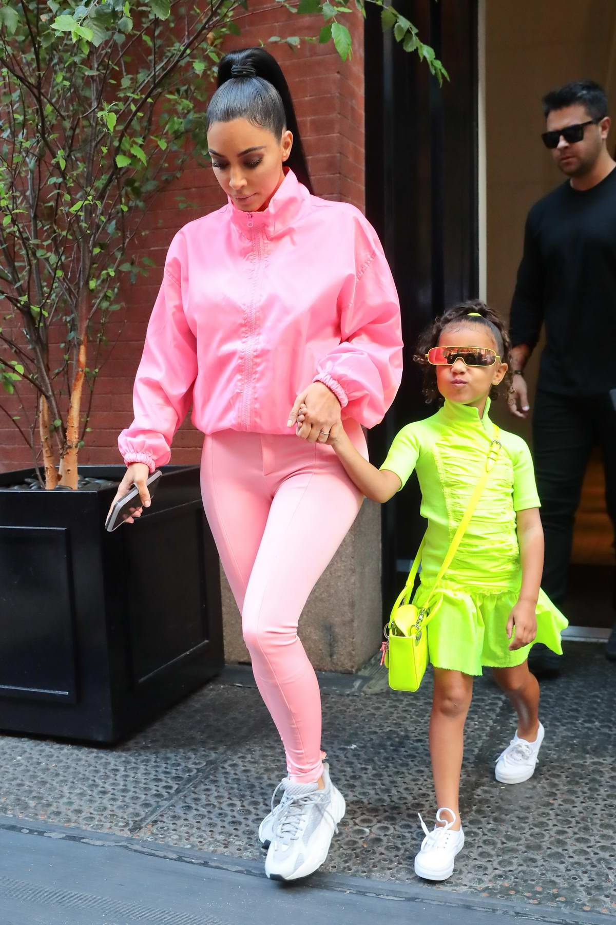looks com neon kim kardashian north