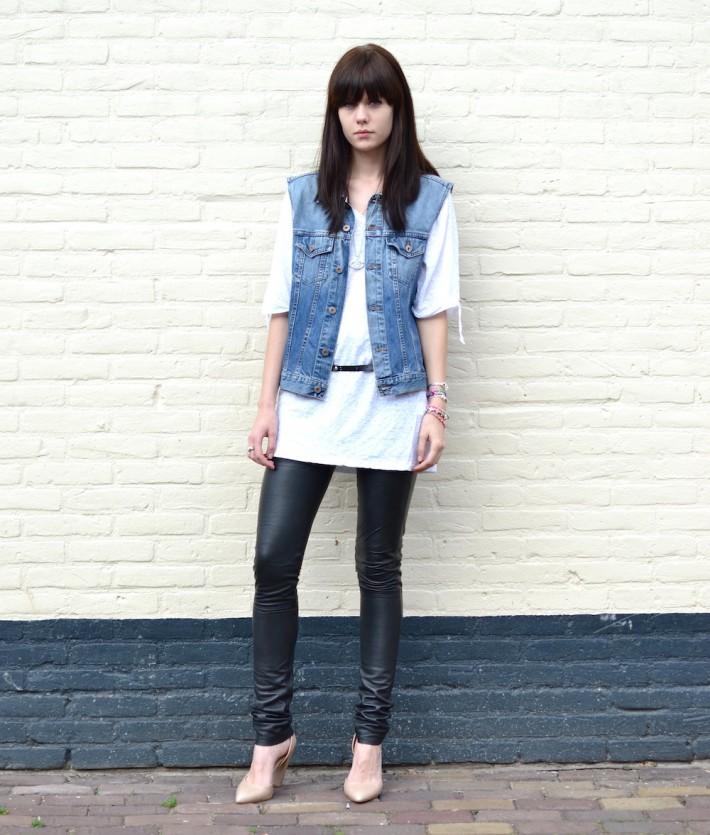 colete jeans com calça de couro