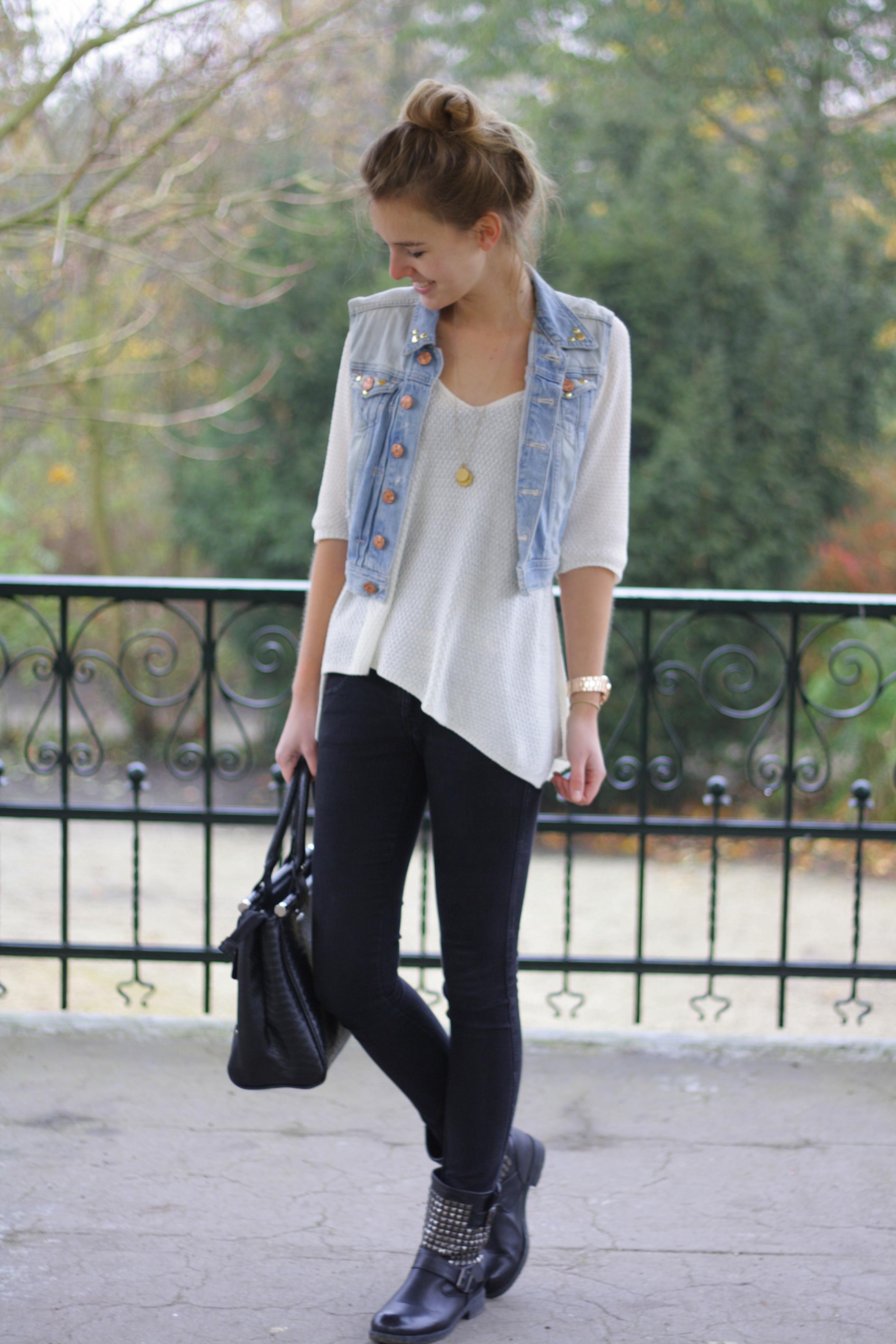 colete jeans com camiseta branca