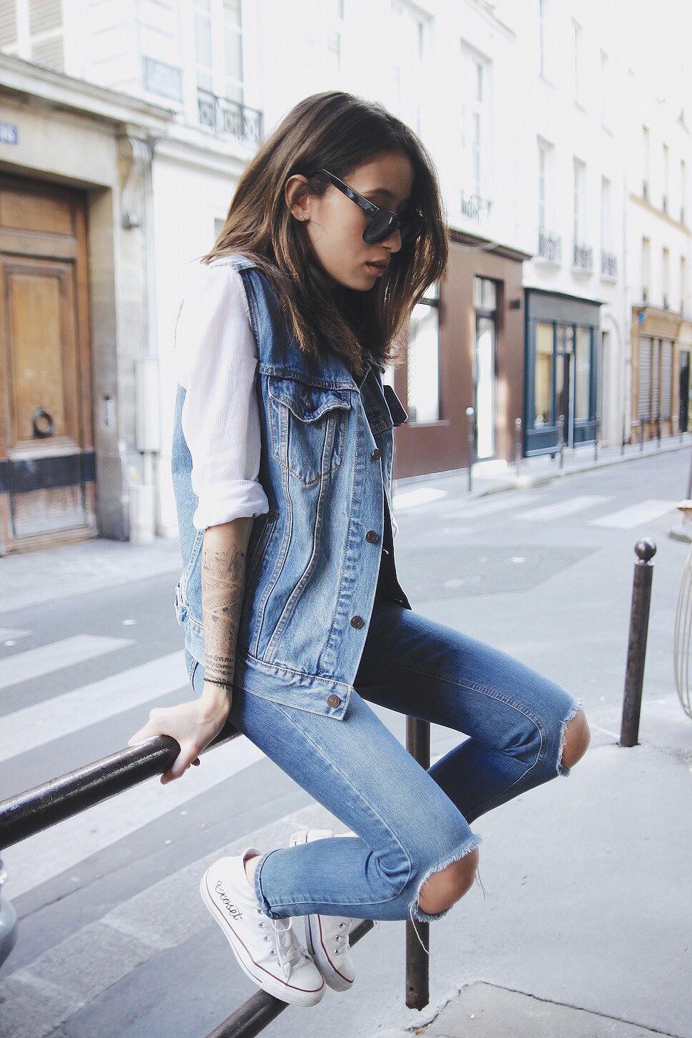 colete jeans com jeans destroyed