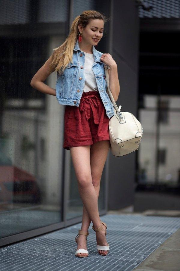 colete jeans com shorts colorido