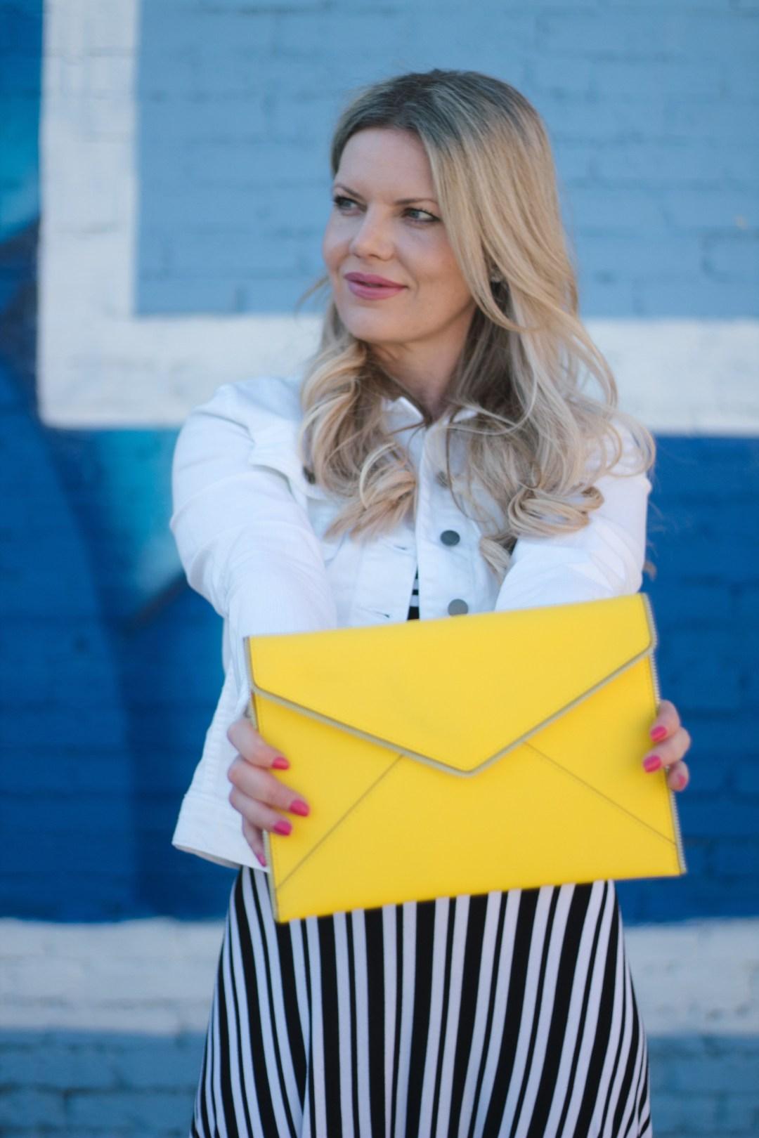 looks com bolsa envelope amarela