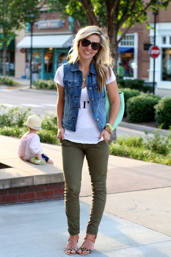 looks com colete jeans e calça colorida