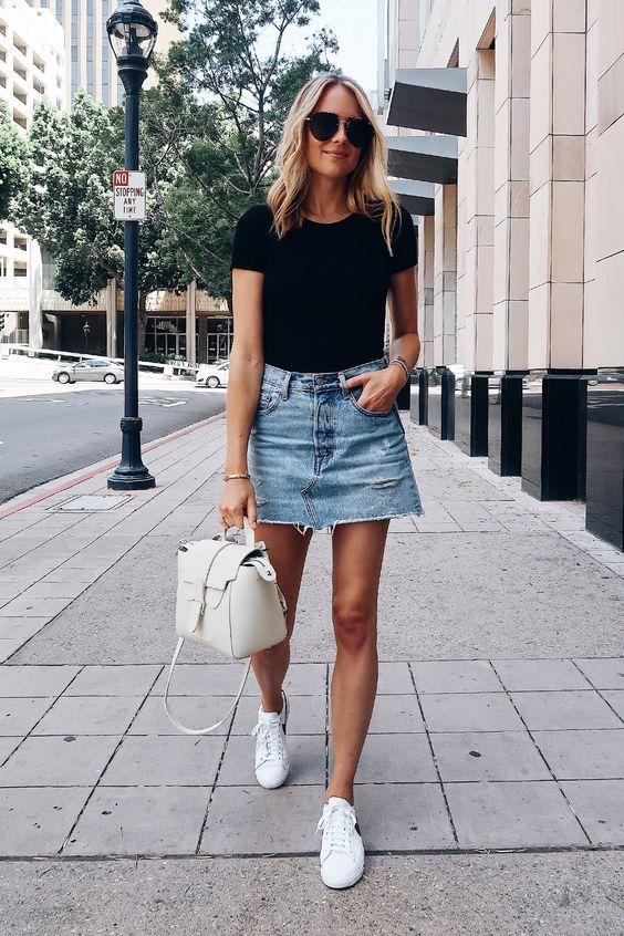 looks com tenis branco com saia jeans
