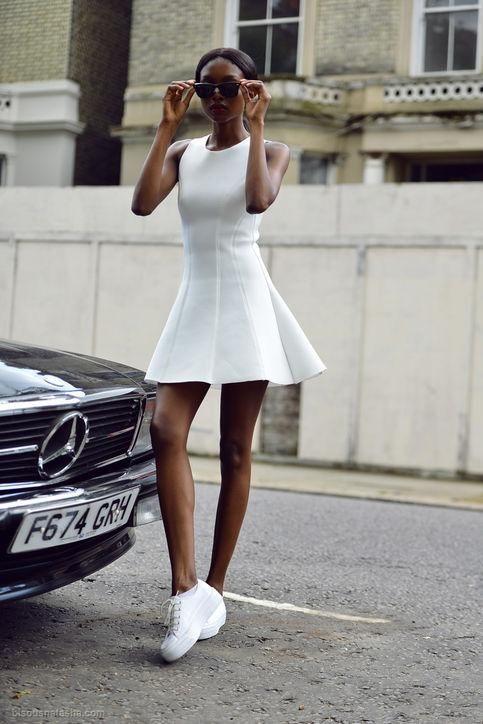 vestido com tenis plataforma