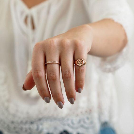 anel no dedinho dois aneis