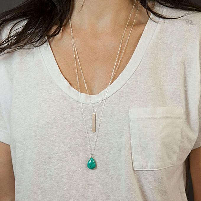 camiseta com colares delicados