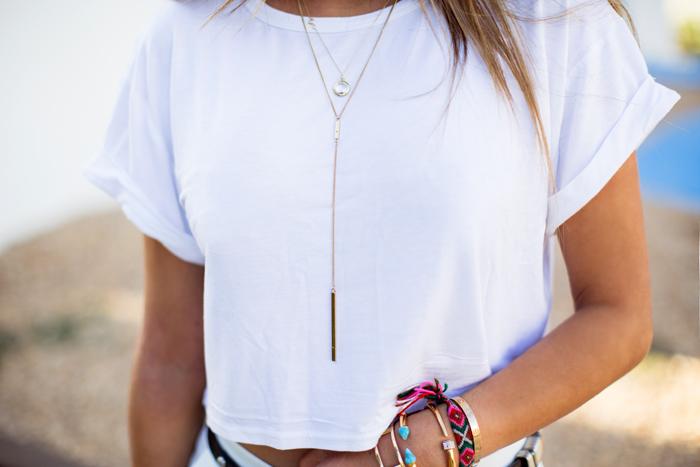 colar com camiseta branca