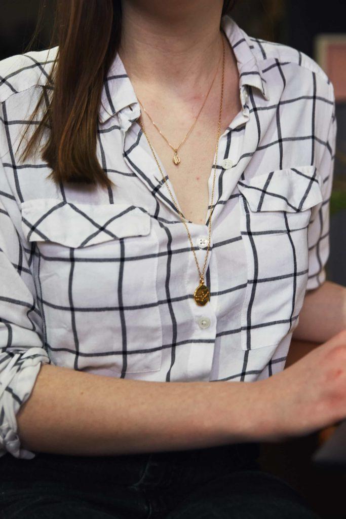 colar longo colar curto camisa