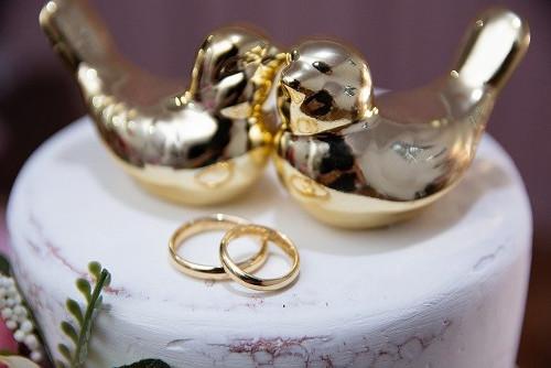 Alianças de ouro e pombinhos de ouro.