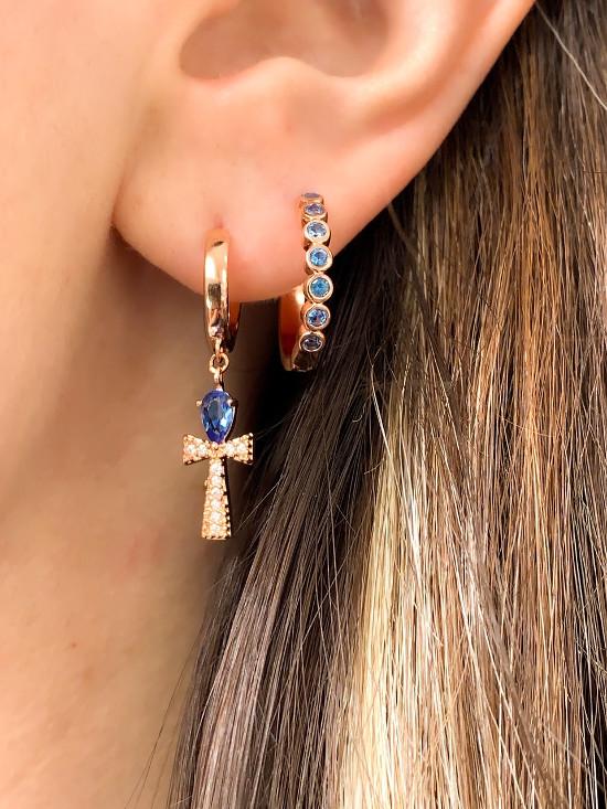 Dois brincos de argola na orelha de uma mulher.