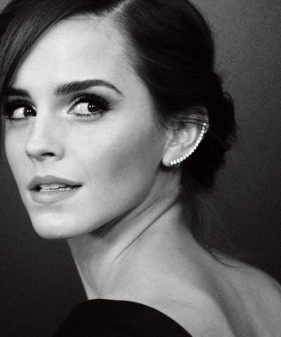Atriz Emma Watson usando um ear cuff delicado