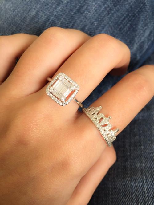 Mão de uma mulher usando anel.