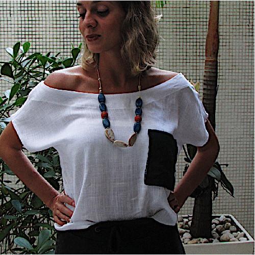 Mulher usando blusa de gola canoa