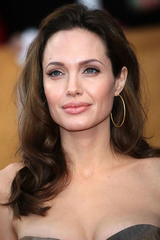 Angelina Jolie usando brinco de argola médio.