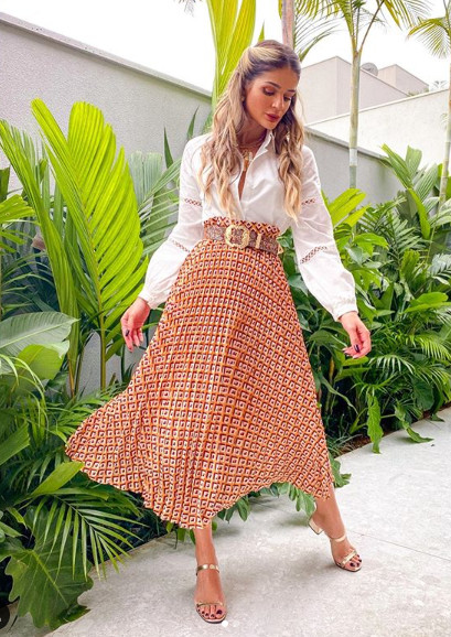 Thassia Naves usando colar para complementar o look