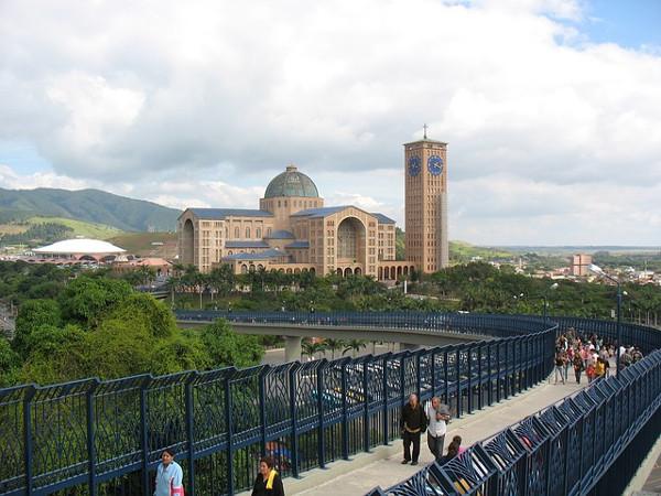 Imagem panorâmica da Basílica de Nossa Senhora Aparecida