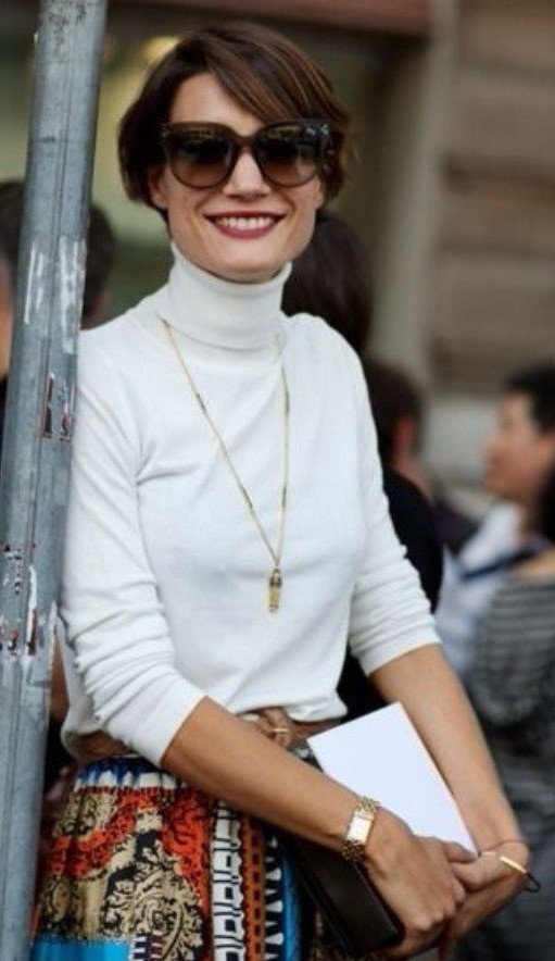 Mulher usando blusa de gola alta e colar