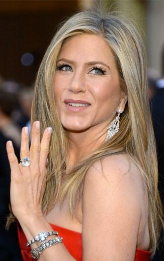 Jennifer Aniston usando anel e várias joias.