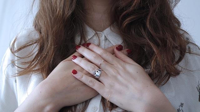 Moças mostrando as mãos com esmalte